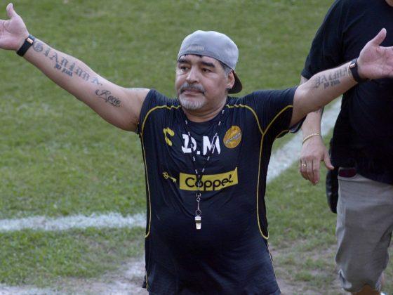 El técnico argentino Diego Armando Maradona (c) saluda a la afición al término de una sesión de entrenamiento, lunes 10 de septiembre de 2018, en la ciudad de Culiacán, Sinaloa (México). EFE/Juan Carlos Cruz