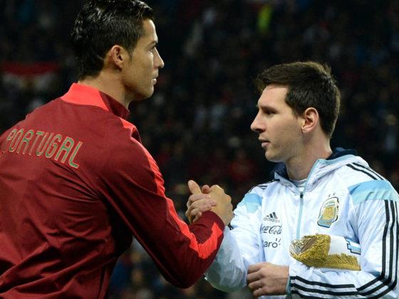 El jugador de Argentina Lionel Messi (d) estrecha la mano de Cristiano Ronaldo (i) de Portugal hoy, martes 18 de noviembre de 2014, en un partido amistoso en el estadio Old Trafford en Manchester (R.Unido). EFE/Nigel Roddis