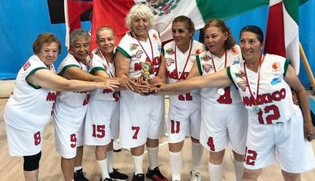 Foto: Twitter / Abuelitas campeonas basquetbol