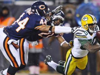 THM18. CHICAGO (EEUU), 22/12/08 .- Donald Driver (d) de los Packers de Green Bay, falla al intentar atrapar un pase ante la marca de Corey Graham (c) y Kevin Payne (i) de los Bears de Chicago, durante el partido de fútbol americano de la NFL que se disputa hoy, 22 de diciembre de 2008, en el Soldier Field de Chicago, Illinois (EEUU). EFE/TANNEN MAURY