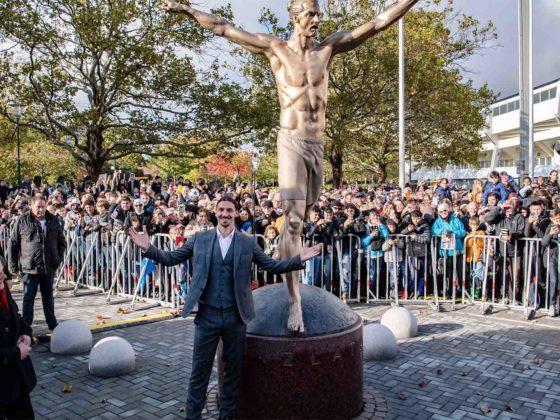 Foto: Zlatan Ibrahimovic y su estatua / FIFA