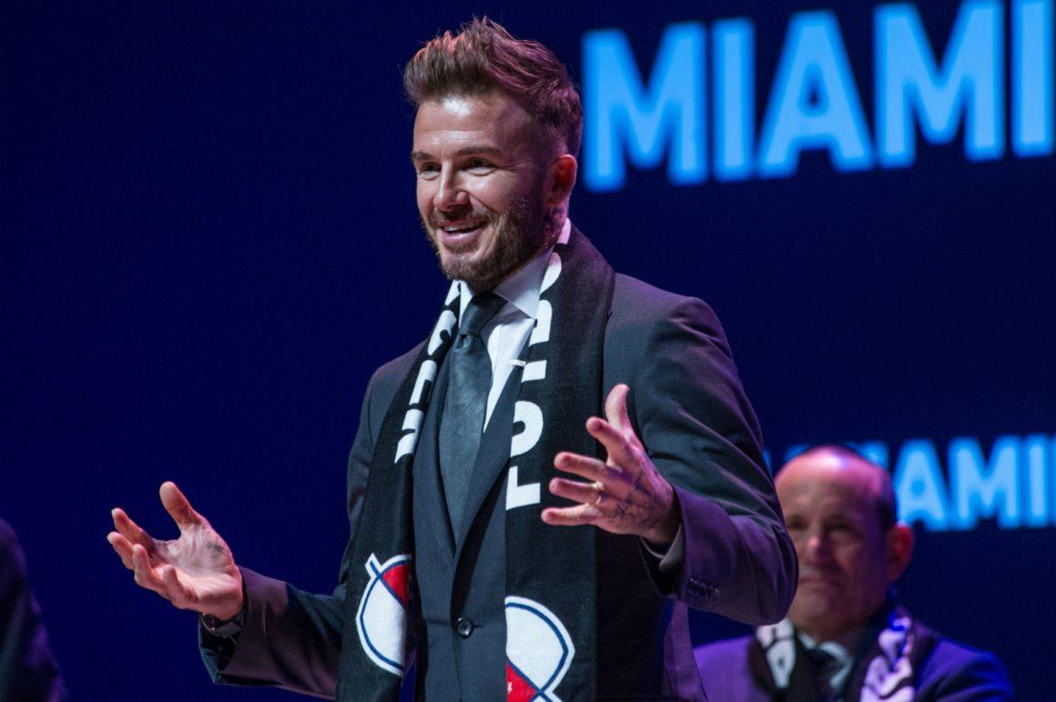 """El exfutbolista británico David Beckham habla durante la presentación oficial del equipo que representará a Miami en la MLS, la liga mayor de EE.UU., el 29 de enero de 2018, en las instalaciones del Adrienne Arsht Center en Miami (EE.UU.). Aunque Beckham no dio detalle alguno del nombre, colores o jugadores, el equipo ya tiene hinchada y se hizo notar bastante en la larga ceremonia donde interrumpieron el acto con cánticos y consignas alzando carteles con la figura de Beckham y el mensaje """"Preparados para la gloria. Vamos Miami"""". EFE/Giorgio Viera"""