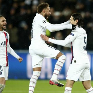 Neymar y Edison Cavani se abrazan en el partido de la Champions League ante el Galatasaray. Foto: EFE