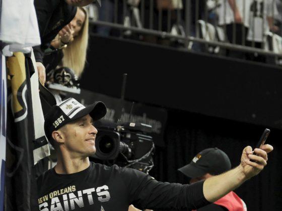 El mariscal de campo de los New Orleans Saints, Drew Brees, se toma una selfie con el teléfono celular de un fanático después de prepararse para su partido de playoffs de la NFL Wild Football NFC contra los Vikingos de Minnesota en el Mercedes-Benz Superdome en Nueva Orleans, Louisiana, EE. UU., 05 de enero de 2020.