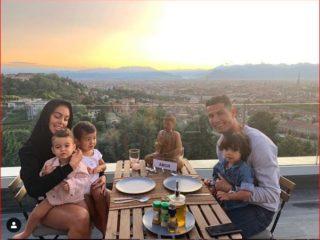 Cristiano Ronaldo comiendo junto a su familia. Foto: Instagram.