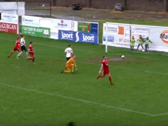 El delantero no vio la trayectoria del balón y casi hace el rídiculo. Foto: Youtube.