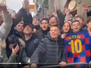 Hinchas italianos reciben a Messi en Nápoles. Foto: Youtube.