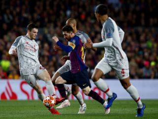 Leo Messi (c) controla el balón entre Fabinho (c. detrás), Virgil van Dijk (d), y Andrew Robertson (i), los tres del Liverpool, durante el partido de ida de las semifinales de la Liga de Campeones que FC Barcelona y Liverpool en mayo de 2019. EFE/Enric Fontcuberta.
