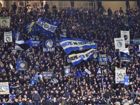 Los hinchas de Atalanta animan durante el partido de ida de octavos de final de la UEFA - Atalanta BC vs Valencia CF - en el estadio de San Siro, también conocido como Giuseppe Meazza de Milán, Italia, el 19 de febrero de 2020. FOTO, ARCHIVO: EFE.