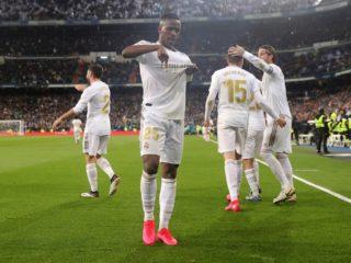 El delantero brasileño Vinicius del Real Madrid celebra su gol ante el Barcelona, durante el partido correspondiente a la jornada 26 de LaLiga Santander, este domingo en estadio Santiago Bernabéu. EFE/Juanjo Martín