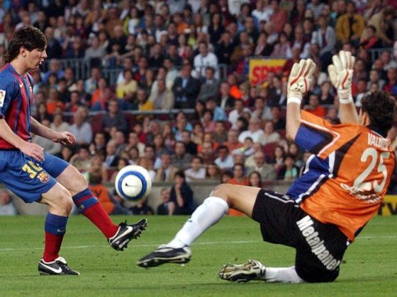 Lionel Messi supera la salida del portero del Albacete Valbuena para conseguir su primer gol oficial con el Barcelona el 1 de mayo de 2005. Foto: EFE/Albert Olive.