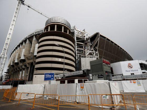 Vista del exterior del estadio Santiago Bernabéu en Madrid este lunes. El Real Madrid y el Consejo Superior de Deportes (CSD) impulsaron la pasada semana una iniciativa para que el Bernabéu sea un gran centro de aprovisionamiento de material sanitario dirigido a la lucha contra el coronavirus. EFE/Mariscal
