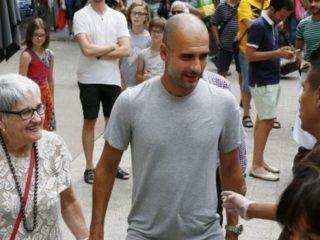 Pep Guardiola y su madre en una foto de archivo. Foto: Twitter.