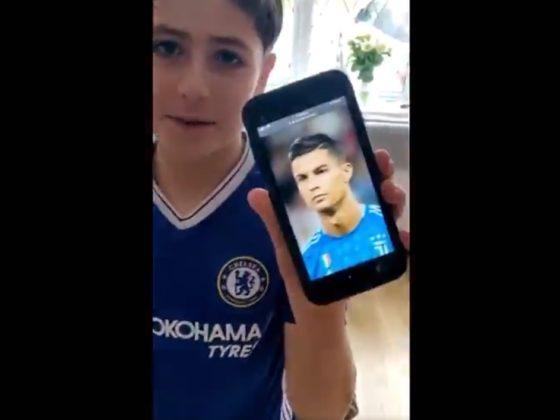 Un chico hincha del Chelsea, le pidió a su padre que le cortara el cabello y ... Foto: Youtube.