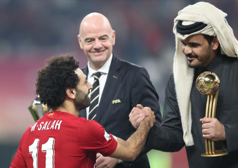 Mohamed Salah (I) del Liverpool FC recibe el trofeo de mejor jugador de manos de Sheikh Joaan bin Hamad bin Khalifa Al Thani (D) después del partido final de la Copa Mundial de Clubes de la FIFA entre el Liverpool FC y el CR Flamengo en Doha, Catar, el 21 de diciembre de 2019, mientras el presidente de la FIFA, Gianni Infantino (C) observa. (Mundial de Fútbol, Catar) Foto: EFE.