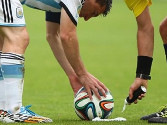 Spray para marcar la distancia en el fútbol
