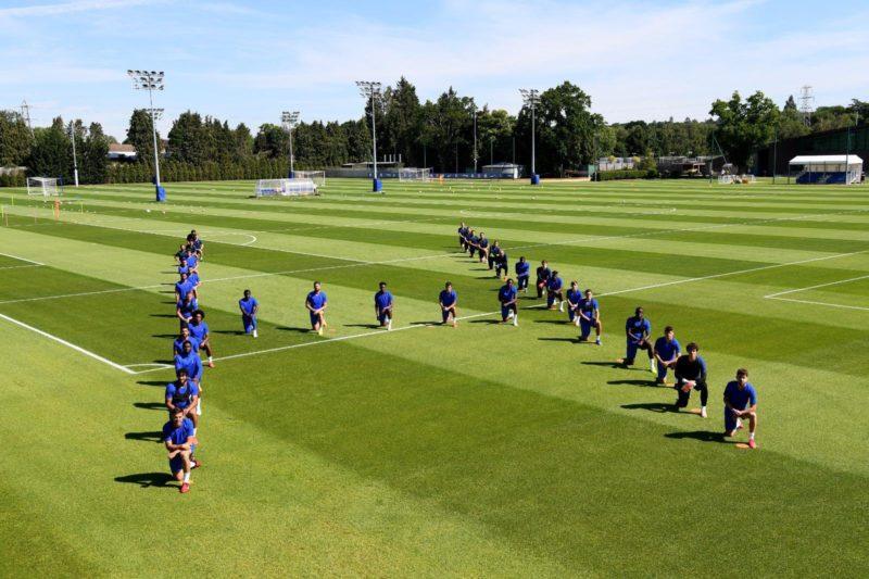 Los jugadores del Chelsea se unen a la protesta mundial contra el racismo. Foto: Twitter.